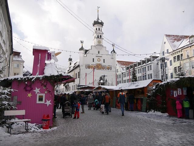 Weihnachtsmarkt Kempten - Blick über die Buden aufs Rathaus