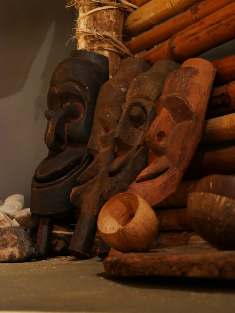Ahnenmasken in der Südsee-Hütte