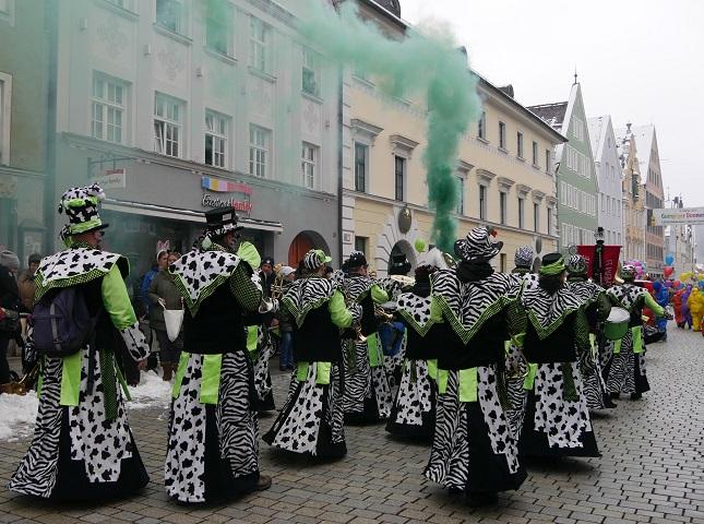 Faschingsumzug Mindelheim 2018 - Fanfarengruppe mit grünem Rauch