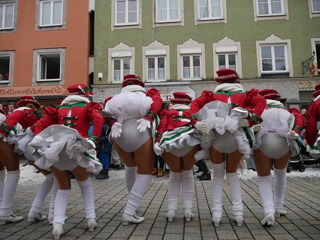 Faschingsumzug Mindelheim 2018 - Garde der Zaisonarria auch von hinten ansehnlich
