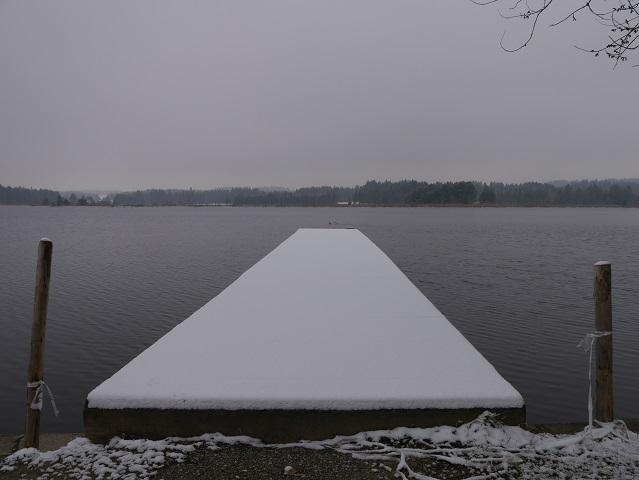 Badesteg am Elbsee mit Schneeschicht