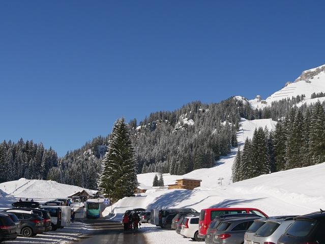Parkplatz an der Ifenbahn im Kleinwalsertal im Winter