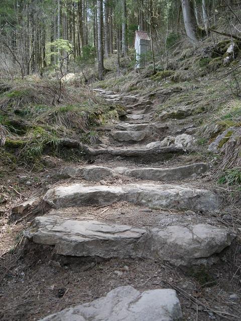 Steintreppenweg mit Kreuzwegstation an der Alpspitz