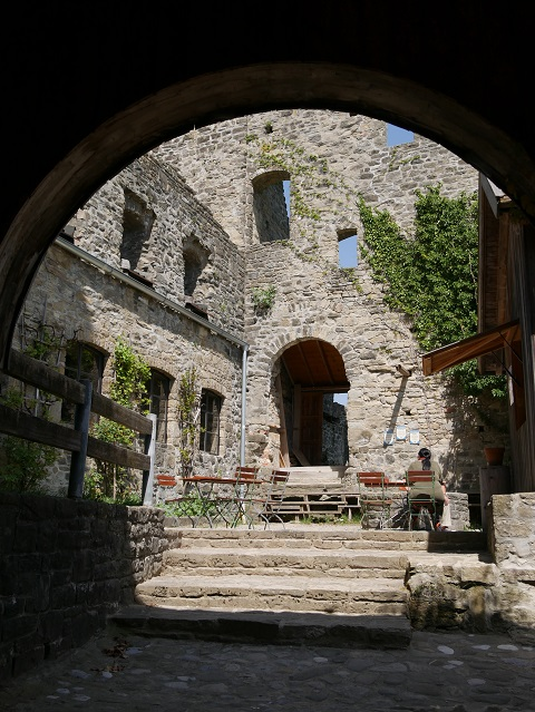 Blick in den Burghof der Ruine Sulzberg