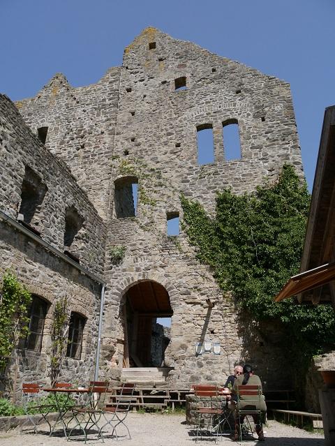 im Hof der Burgruine Sulzberg