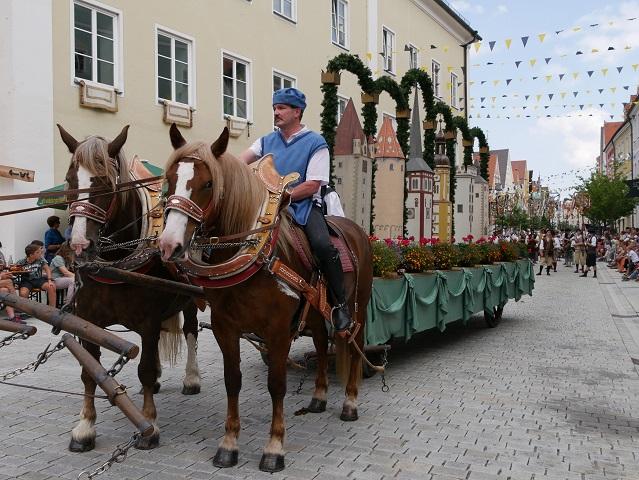 Festwagen mit den Türmen der Stadt Mindelheim