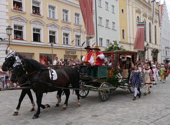 Kutsche mit Damen beim Einzug des Kaisers Maximilian nach Kaufbeuren - Tänzelfest 2018