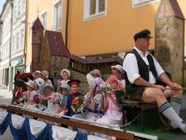 Wagen mit Kindern des Biedermeier auf dem Tänzelfest 2018
