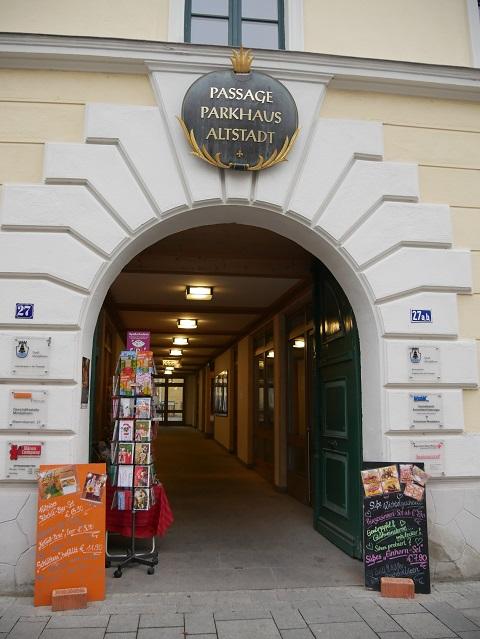 Eingang zur Parkhaus-Passage in Mindelheim