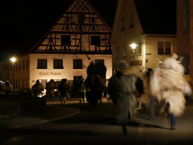 KLausentreiben Obergünzburg - die Klausen stürmen zum Marktplatz