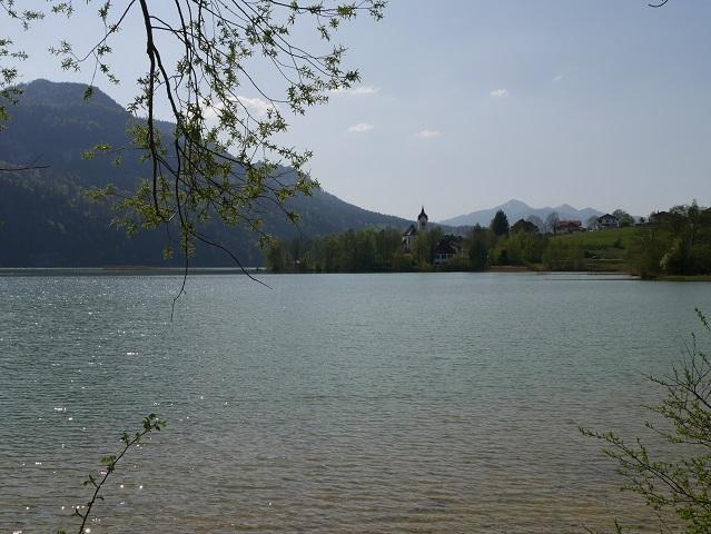 Blick über den See auf Dorf und Pfarrkirche Weißensee