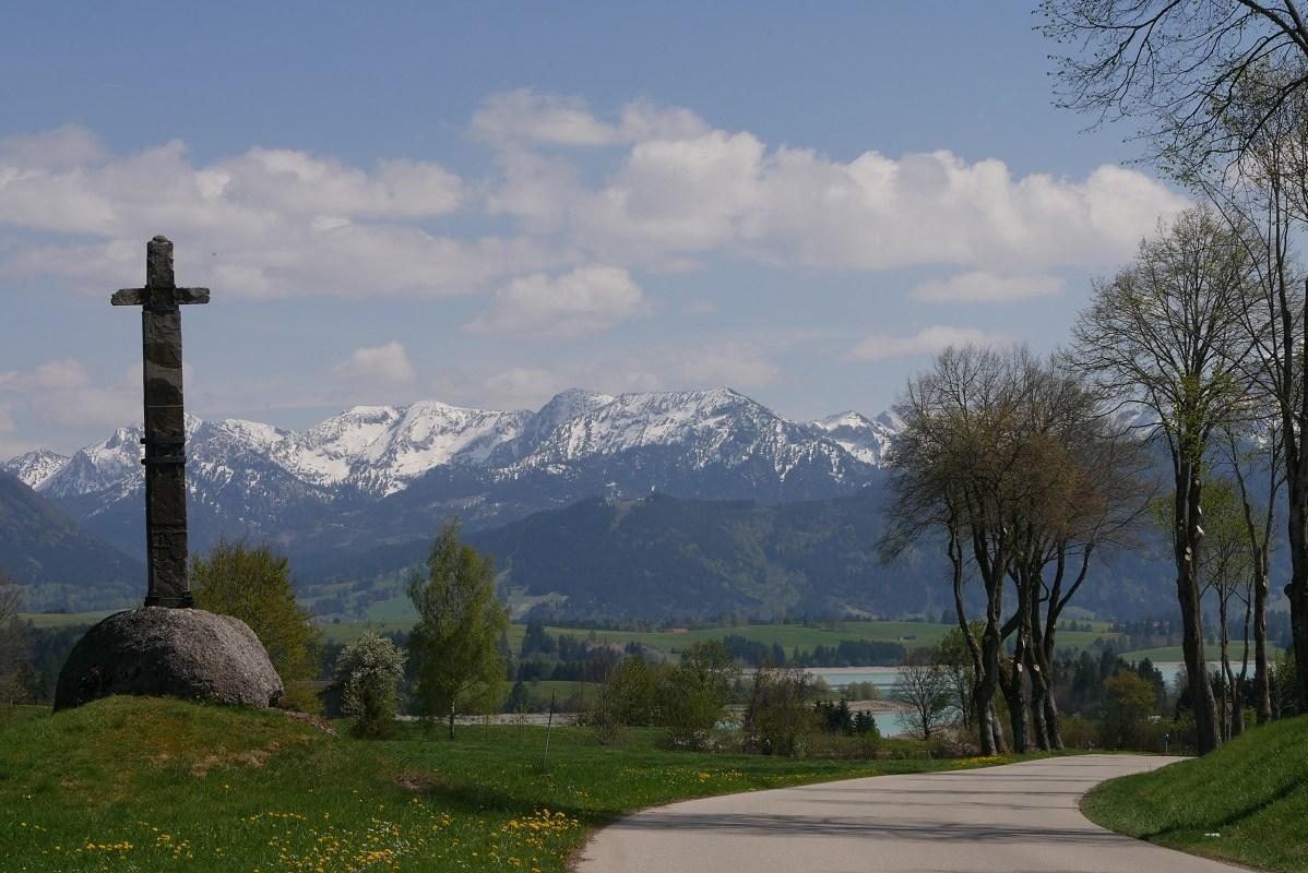 Blick auf Forggensee und Berge auf der Radtour Kaufbeuren-Füssen