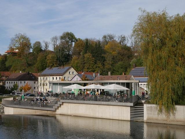 Blick auf die Sommerbar fiume von der St.-Mang-Brücke in Kempten