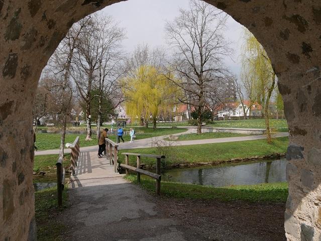 Blick durch die Stadtmauer in den Kurpark Isny