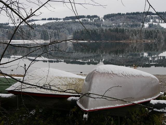 Boote in der Winterruhe am Grüntensee