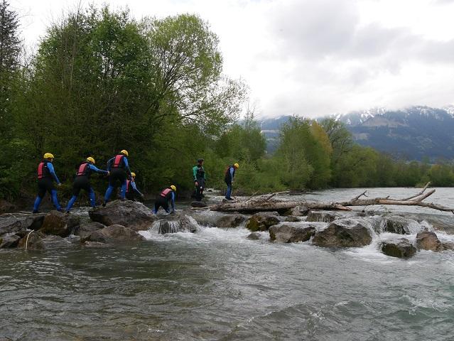 Raftinggruppe beim Badengehen