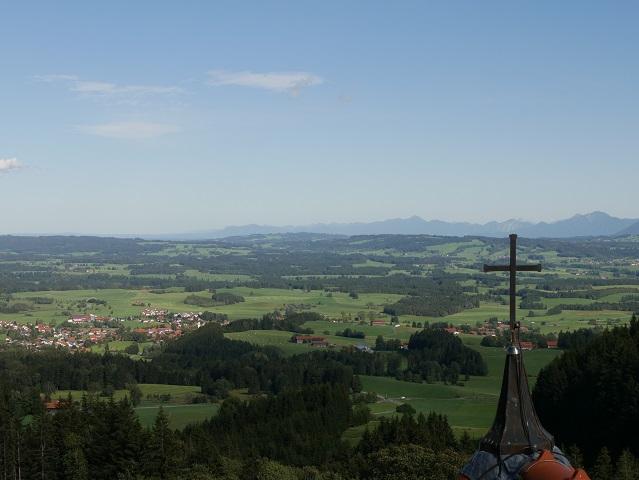 Blick nach Oberbayern von der Aussichtsplattform auf der Auerbergkirche