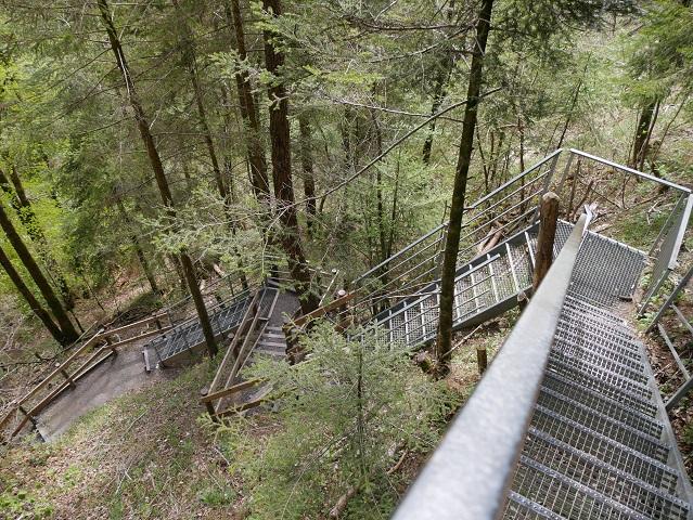 Treppe zur untersten Aussichtsplattform an den Scheidegger Wasserfällen