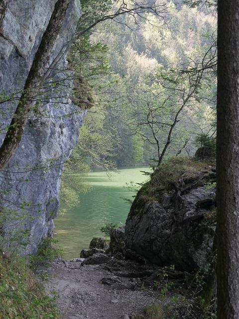 Wandweg zwischen Felsen und Wasser