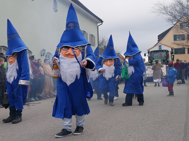 blaue Wichtel auf dem Faschingsumzug Obergünzburg 2020