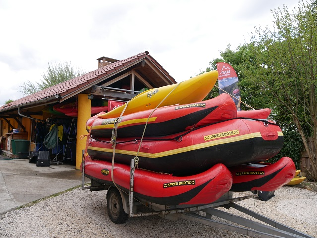 ein Stapel Rafting-Boote
