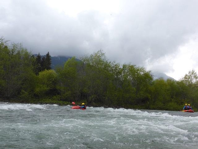 gekentertes Rafting-Kajak in der Iller