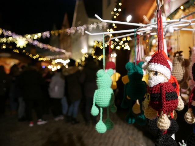 gestrickter Nikolaus auf dem Weihnachtsmarkt Kaufbeuren