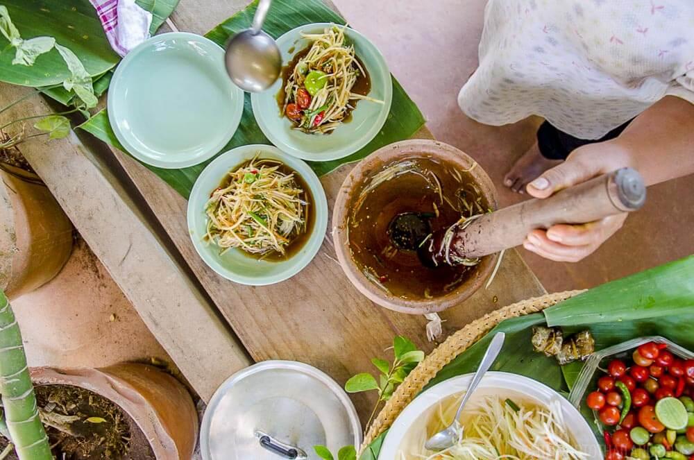 Making som tum Thai