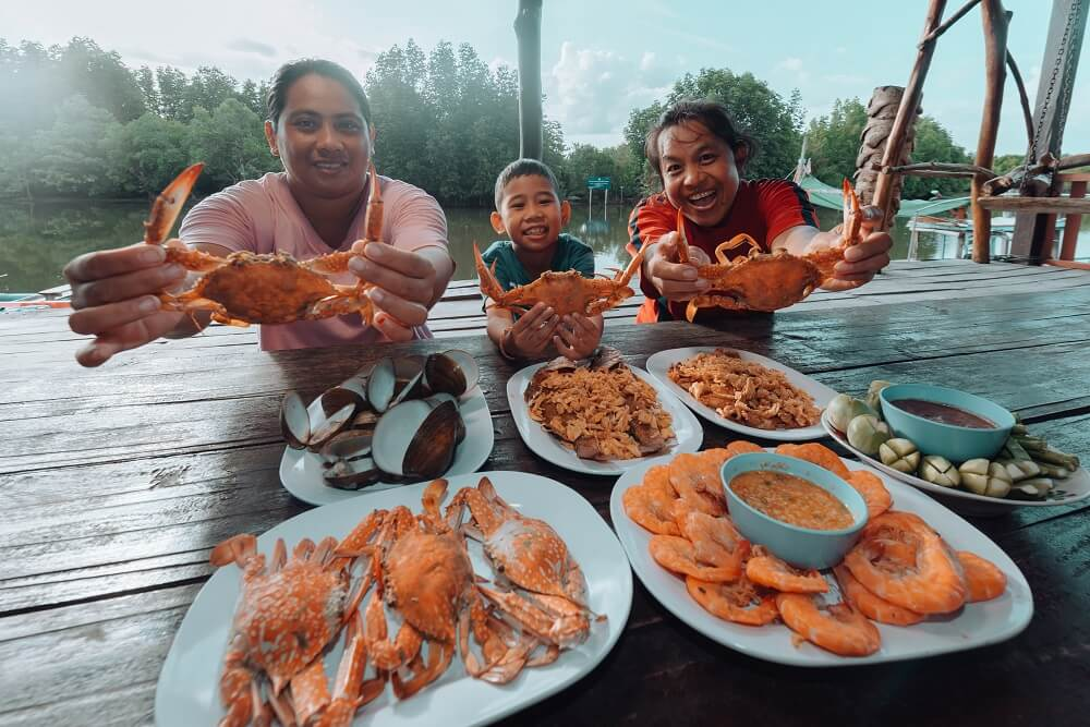 One Night Stay with Locals tour: Enjoying a seafood feast at Pa Tew (Bang Son) in Chumphon