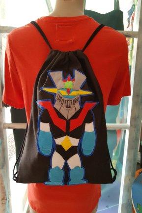 Mochilas saco originales de tela, con asas de cordón y con aplicaciones de fieltro, confeccionadas de forma artesanal.