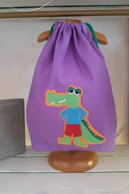 mochila infantil caimán lila