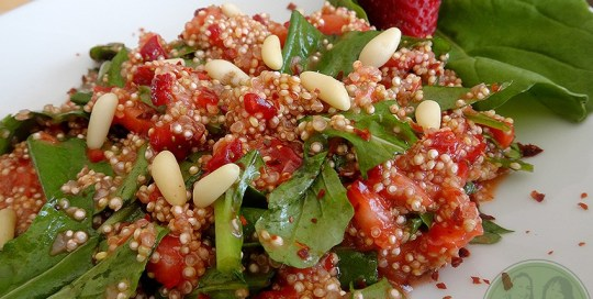 Quinoasalat-Erdbeer-Rucola