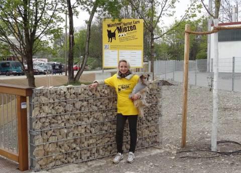 Steffi Weiser, T!erLaut, vor dem Neubau Katzenhaus im Frühjahr 2014