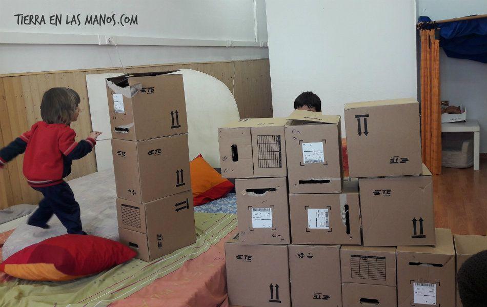 jugar destruir torres cajas cartón