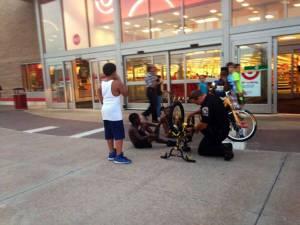 Policía arreglando la bicicleta