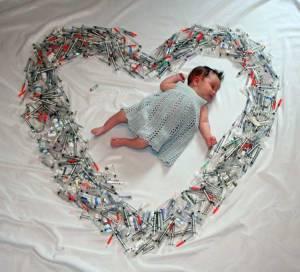 bebé está rodeado de jeringas