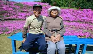Plantó miles de flores para su esposa ciega