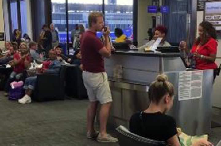 Pasajero de Southwest Airlines canta y baila
