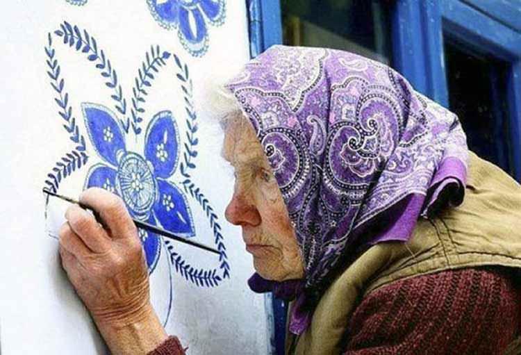 Abuela de 90 años pinta arte puro con sus manos