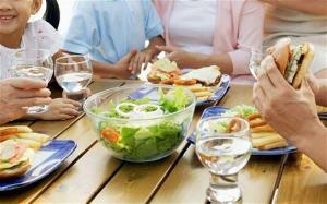 Beber mucha agua en la comida ¿es malo para la salud?