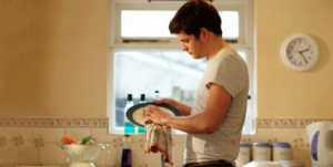 Hombres que limpian la casa son más felices
