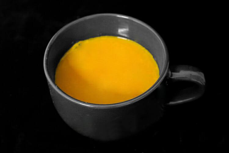 La moda de la leche de oro: la leche y la cúrcuma