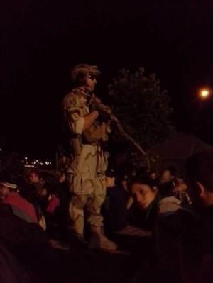 Militar controlando las masas en la Survival Zombie