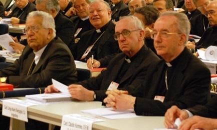 Bergoglio en Aparecida (a su lado, el cardenal brasileño Hummes), en mayo de 2007. Él presidió el equipo que redactó el documento final