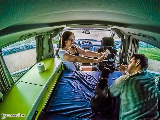 cagar en pareja en la furgoneta