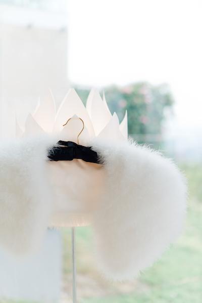 Brautkleid, Wäsche, Ohrringe & Co. solltet ihr bereits am Tag vor der Hochzeit bereit legen.