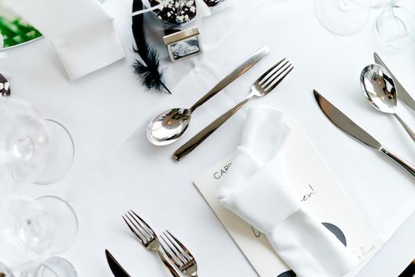 Unterschiedliche Stil- und Deko-Elemente setzen den Tisch optimal in Szene und geben ihm mehr Spannung.