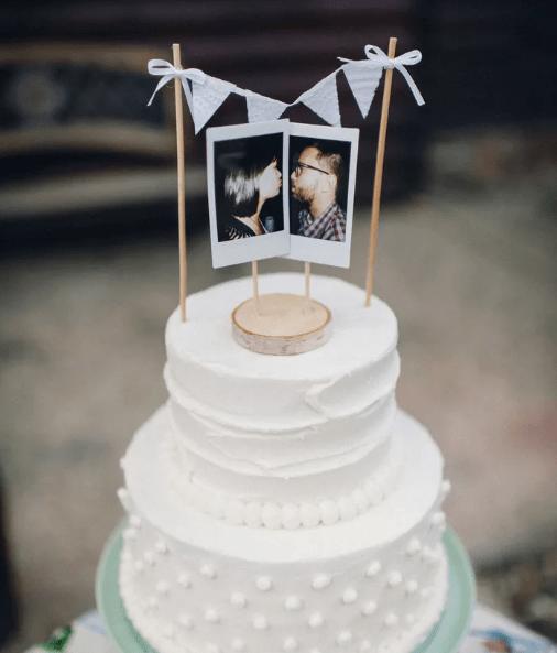 Ein besonderer Hingucker für die Hochzeitstorte: 2 Polaroids des Brautpaares