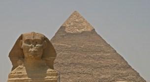 Sfinksi vartioi Khafren pyramidia, jota isompi on vain Keopsin pyramidi.