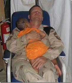 VS soldaat met kleuter copy
